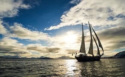 SKI & SAIL von Harstad durch die Inselwelt Vägsfjorden, Norwegen