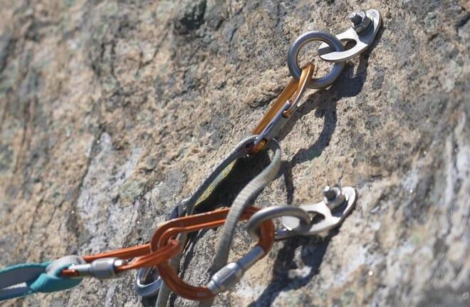 Video Standplatzbau beim Mehrseillängen-Klettern Vorschaubild